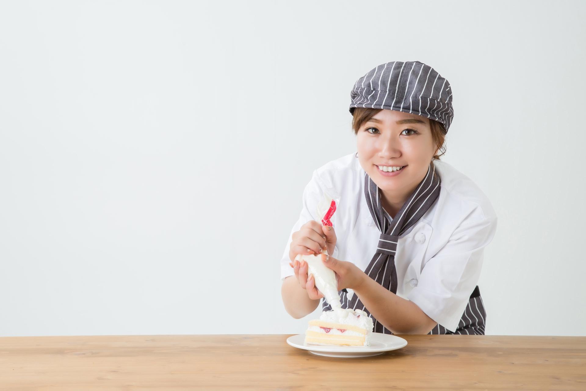 ケーキをつくる女性のイメージ