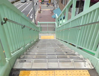 突き当たりの階段を下ります