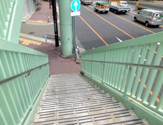 途中で階段が二手に分かれているので左の階段を下ります