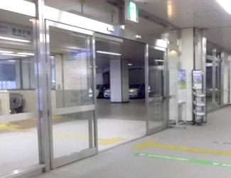 突き当たりにある左側の自動ドアから出ます