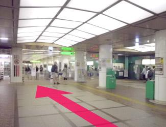 地下鉄の改札前を通ります