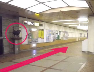 コンビニエンスストアの左に奥に進む道があるので前進(ライオンの像が目印)